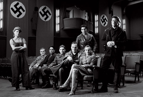     Quentin Tarantino en de cast van Inglorious Basterds. Links Mlanie Laurent. Foto Vanity Fair.