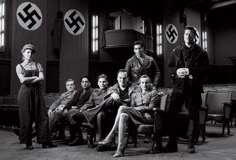 Quentin Tarantino en de cast van Inglorious Basterds. Links Mélanie Laurent. Foto Vanity Fair.