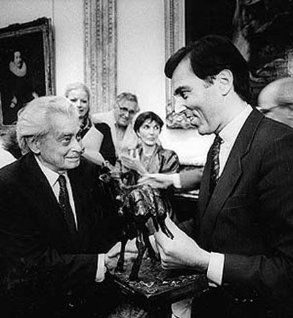 Joris Ivens ontvangt het Gouden Kalf uit handen van minister Brinkman, in 1985 op het Institut Néerlandais in Parijs