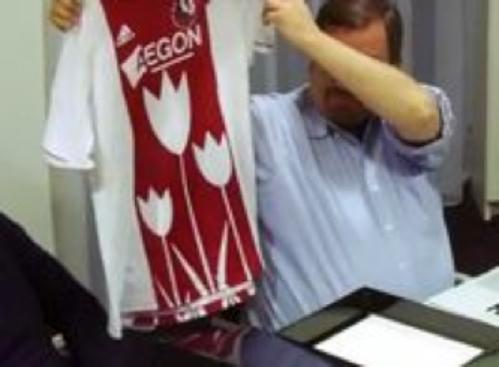 Ajax heeft een nieuw shirt. Zonder tulpen