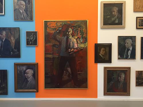 """Beeldend kunstenaar Jan van der Ploeg nam de muren van Arti onder handen: """"Het draait niet alleen om de schilderijen van Kees Verwey"""""""