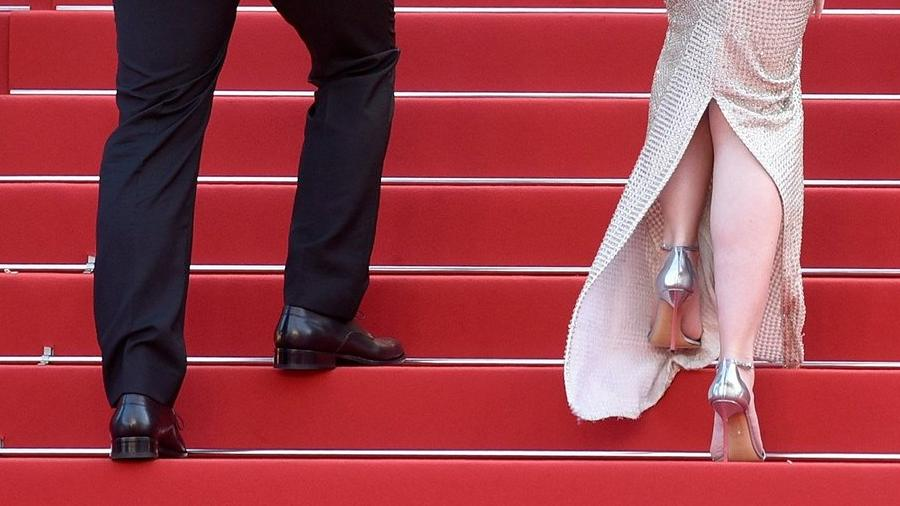 ct-video-emily-blunt-on-high-heels-at-cannes-20150519