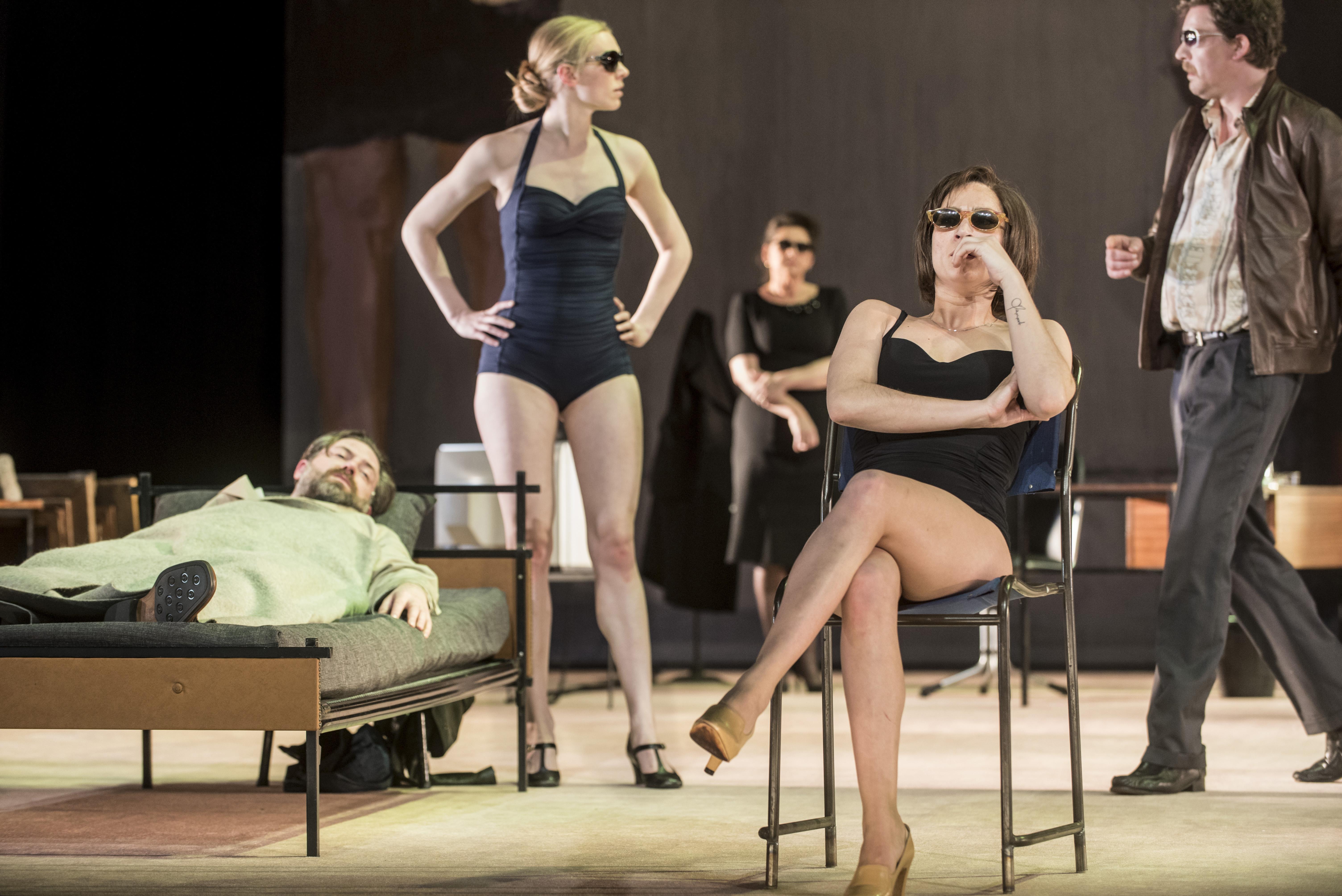 Alex van Warmerdam over zijn nieuwe toneelstuk Het Gelukzalige: 'Glashelder, maar toch een beetje bedwelmend'
