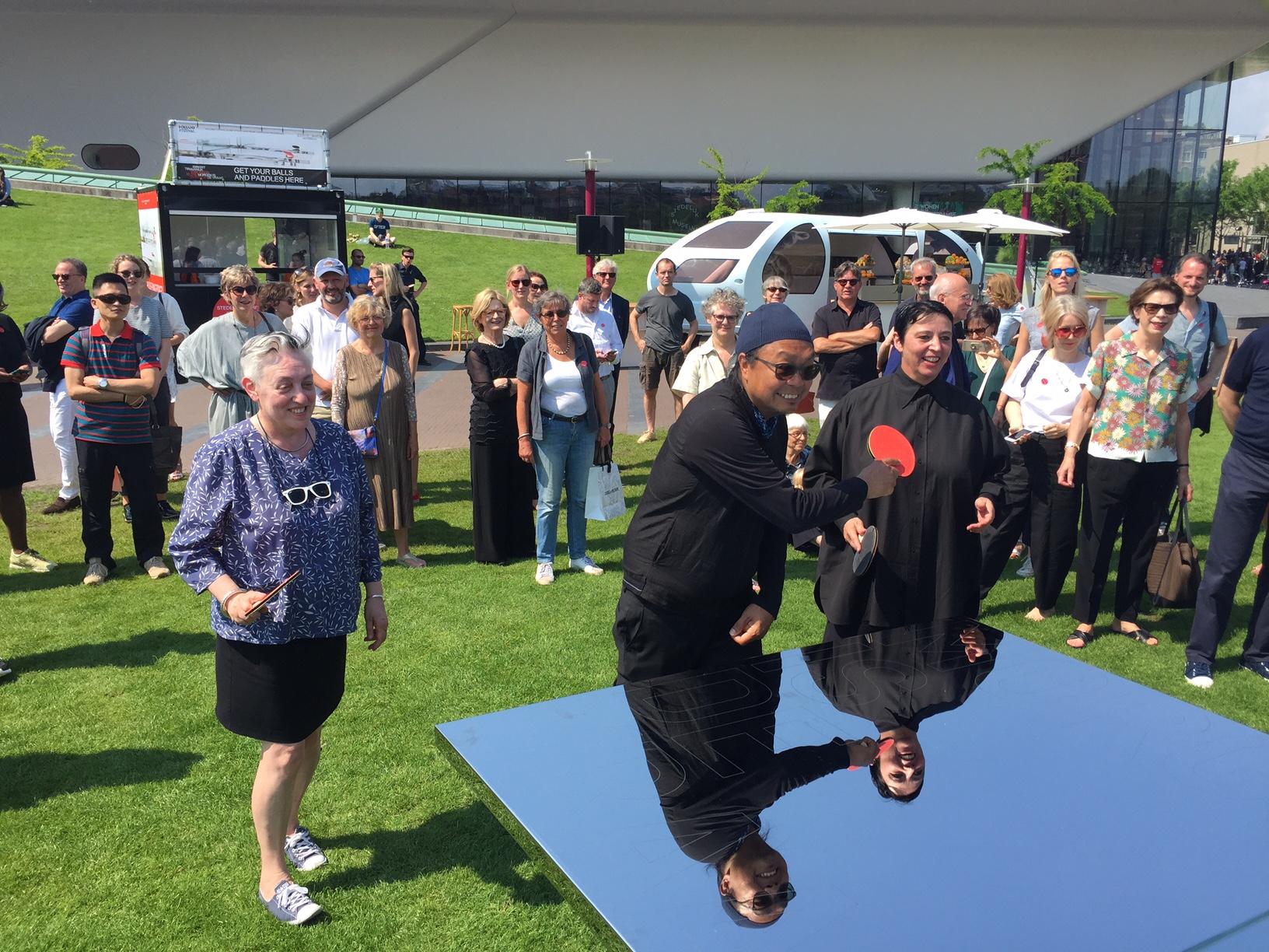 Beatrix Ruf en Ruth Mackenzie openen het pingpingseizoen op het Museumplein
