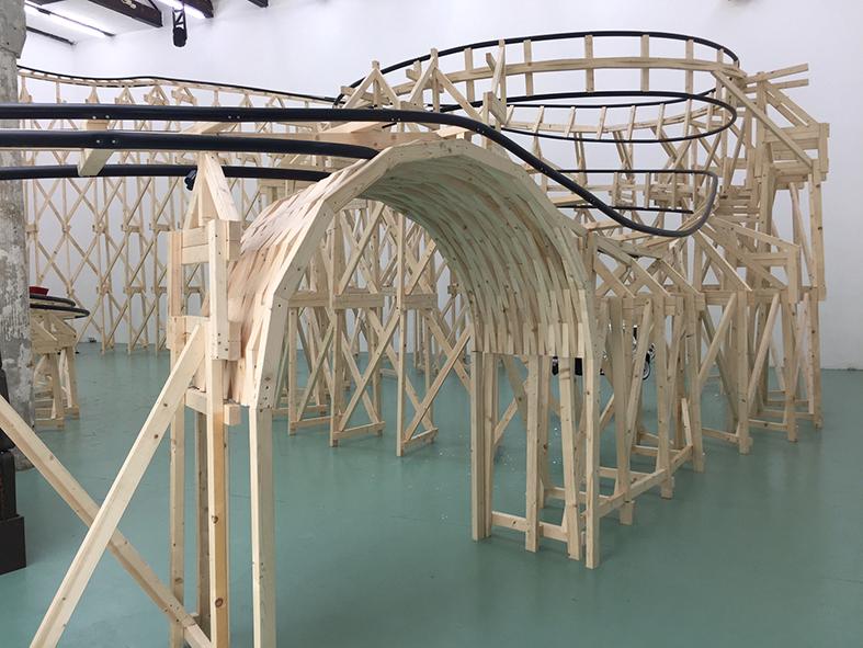 Oscar Peters bouwde in W139 een zeventig meter lange houten achtbaan. Eroverheen razen karretjes met kunst erin.