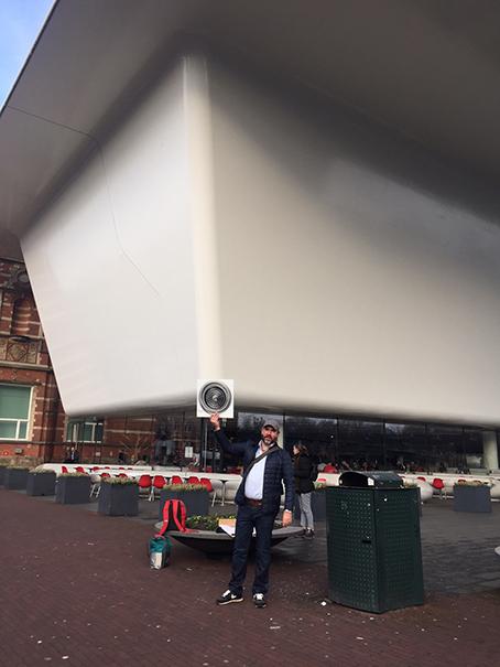 'Volkskunstenaar' Ralph Posset plaatst afvoerputje op badkuip Stedelijk Museum
